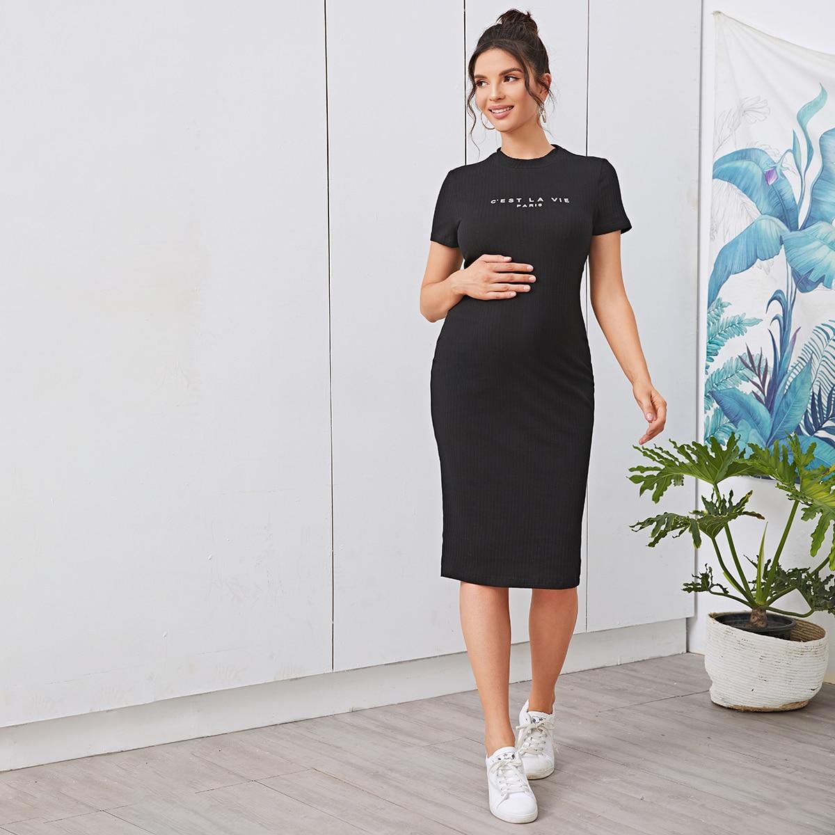 Трикотажное платье для беременных с текстовым принтом