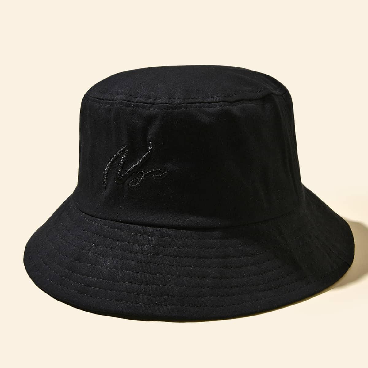 Шляпа с текстовой вышивкой