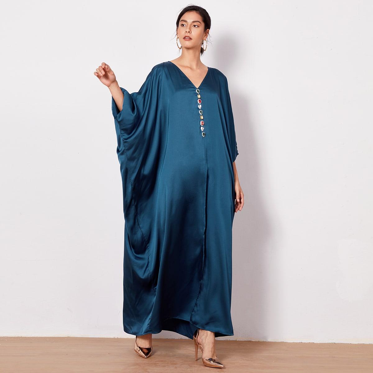 Атласное платье с разрезом, стразами и оригинальным рукавом