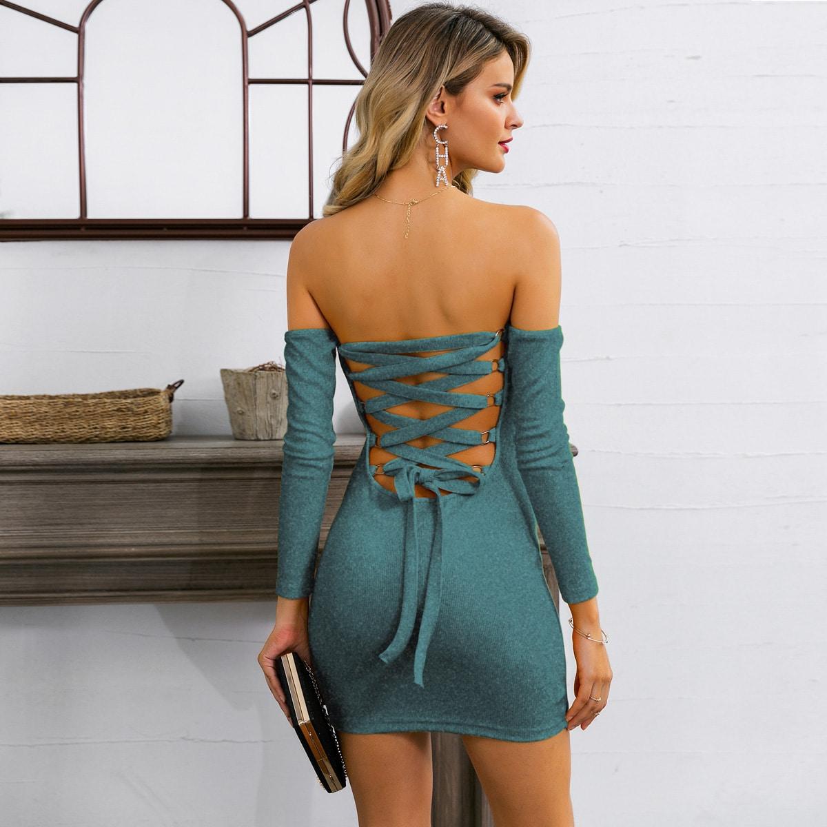 вязаное облегающее платье с открытыми плечами и шнурком сзади