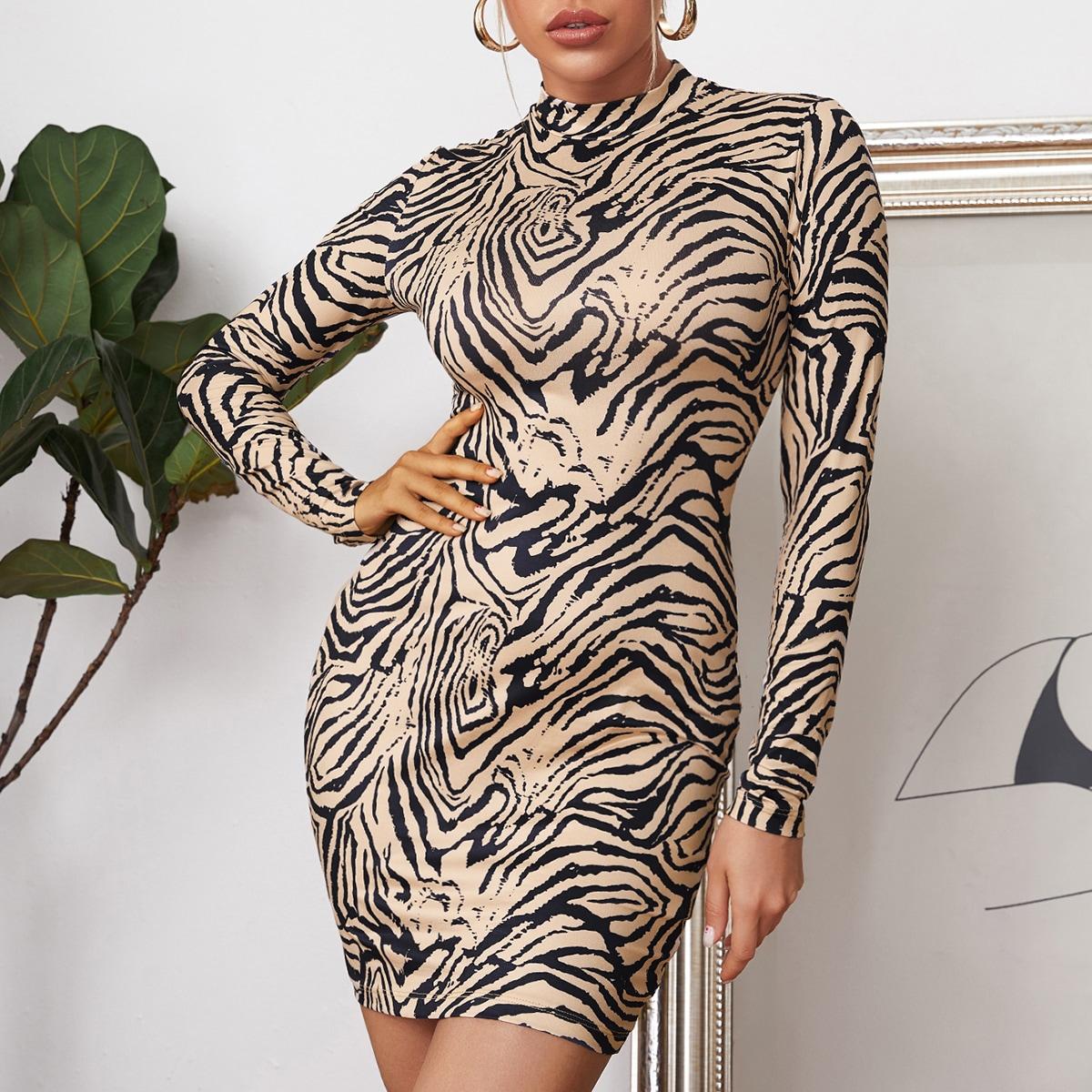 Облегающее платье в полоску зебры с воротником-стойкой