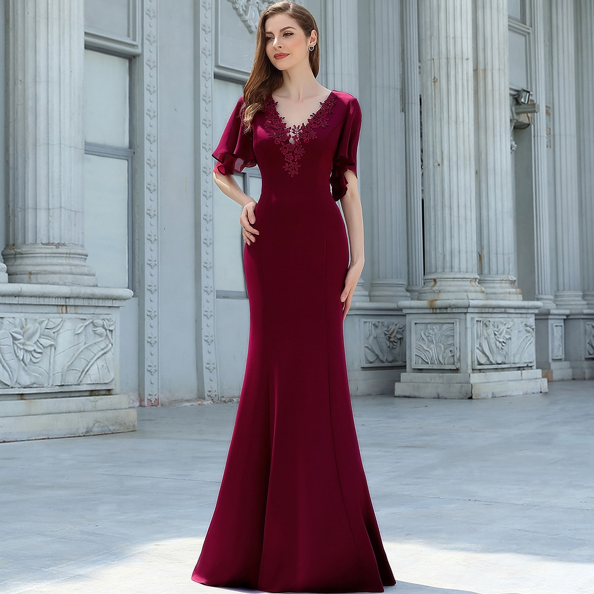 платье-русалка с кружевной отделкой и оригинальным рукавом