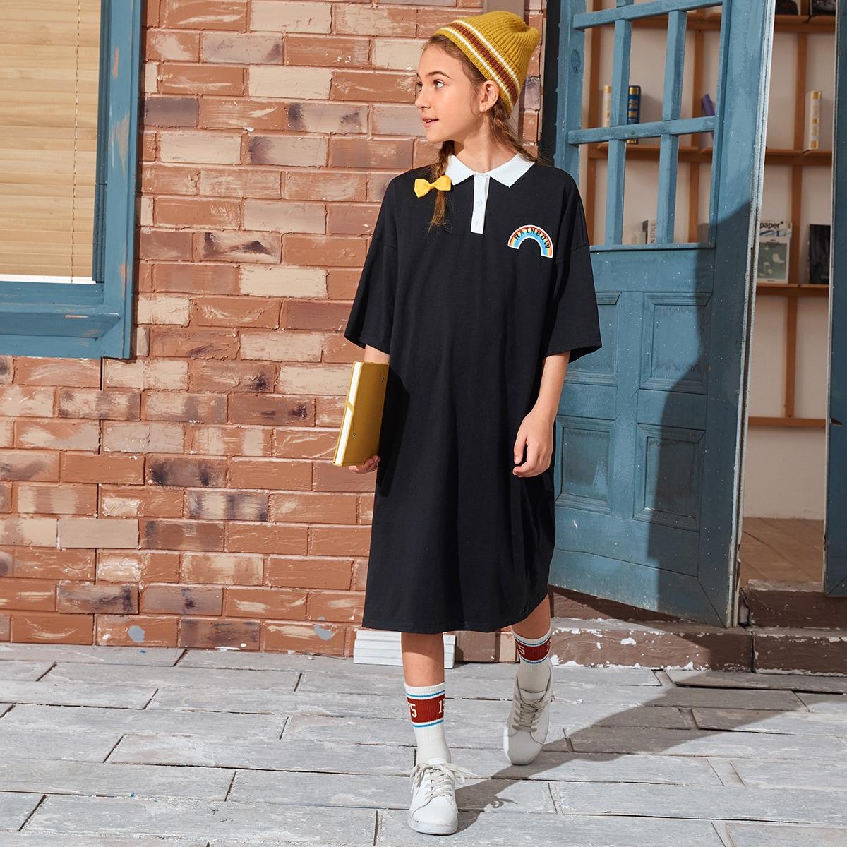 Платье-поло с контрастным воротником и текстовым принтом для девочек