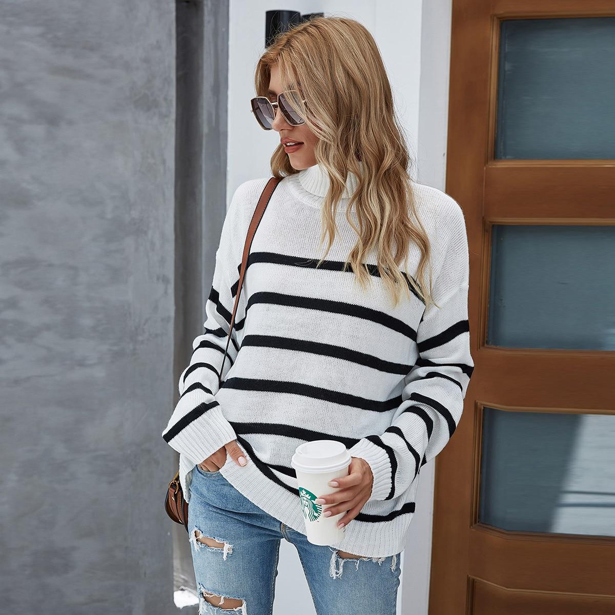 Полосатый свитер с высоким воротником
