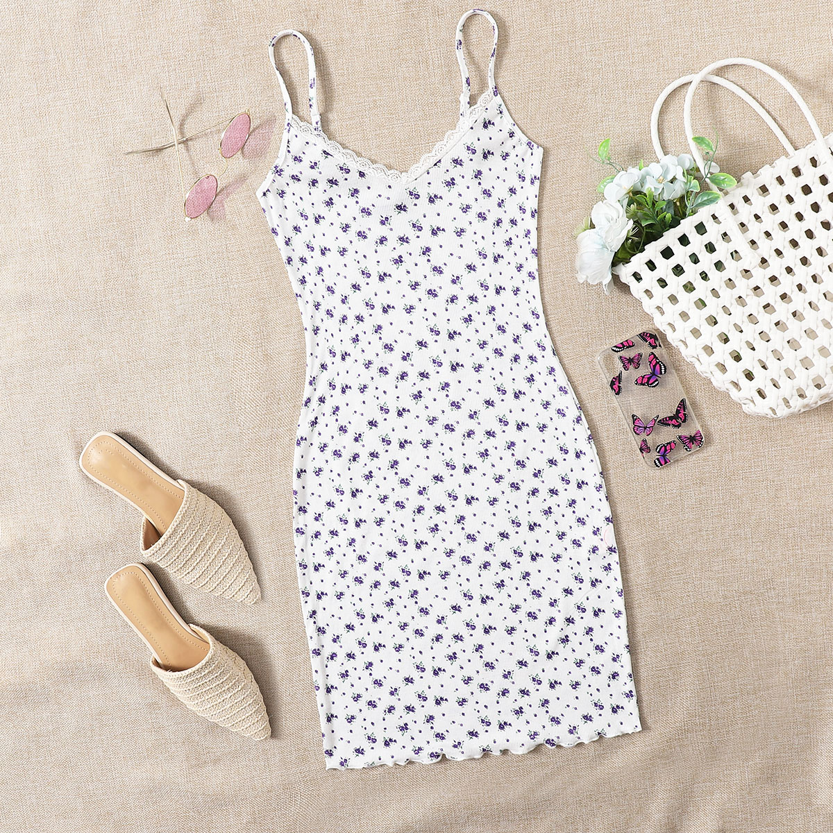 Платье с цветочным принтом и кружевной отделкой