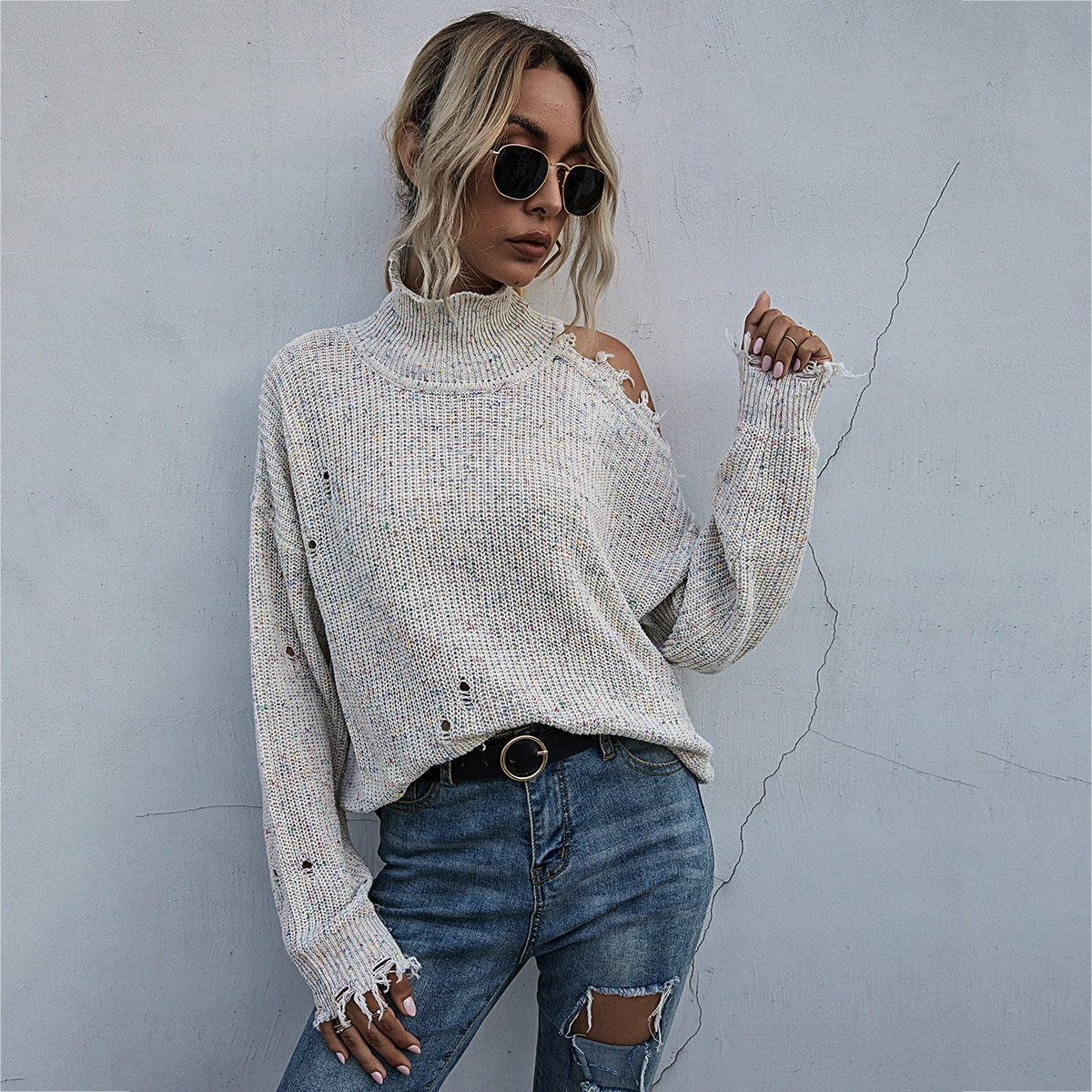 Рваный свитер с высоким воротником