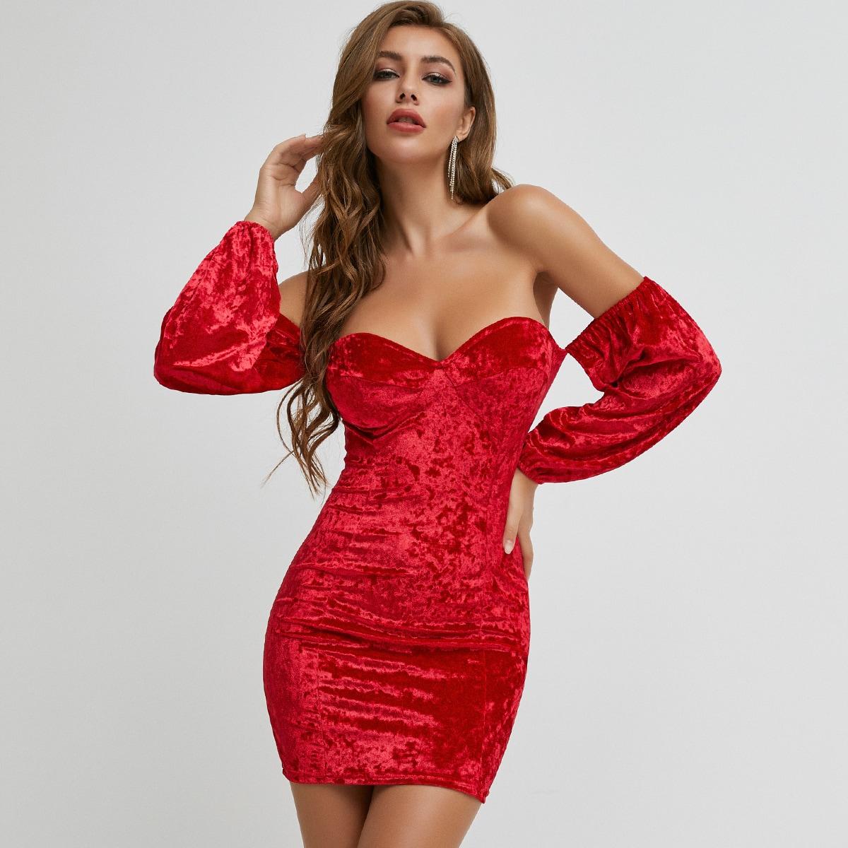 Облегающее бархатное платье с открытыми плечами