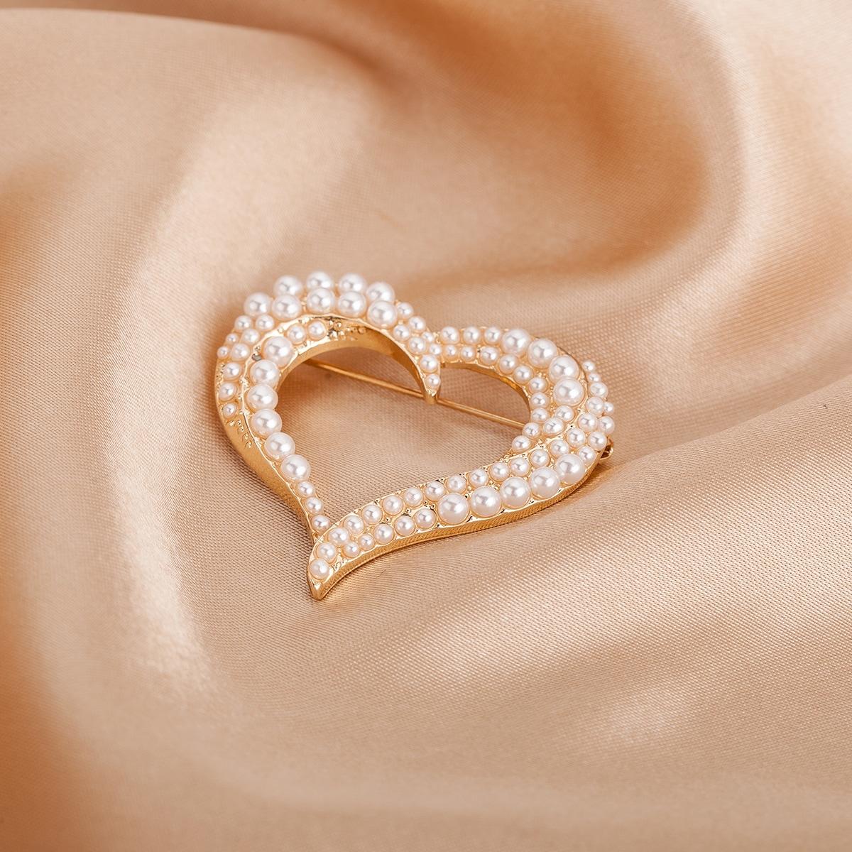 Брошь в форме сердца с искусственным жемчугом