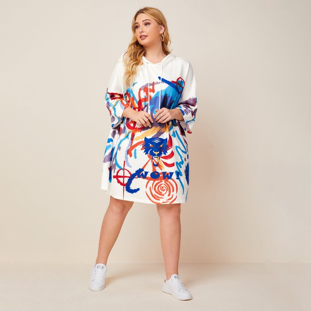 Свитшот-платье с капюшоном и графическим принтом размера плюс