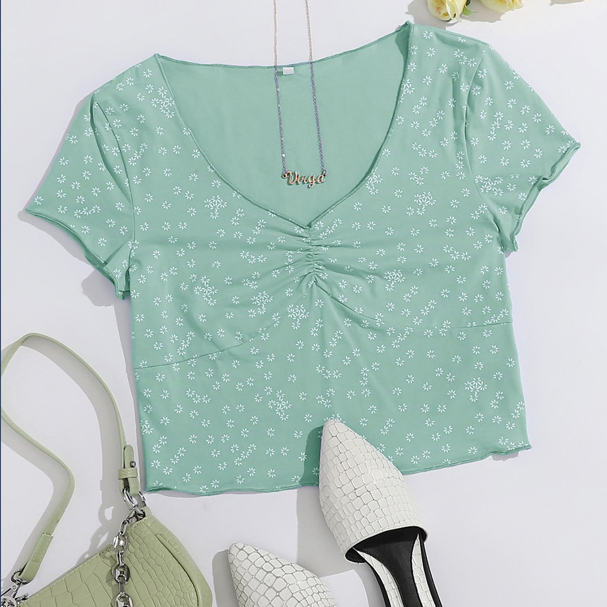 Кроп футболка с цветочным принтом и сборкой