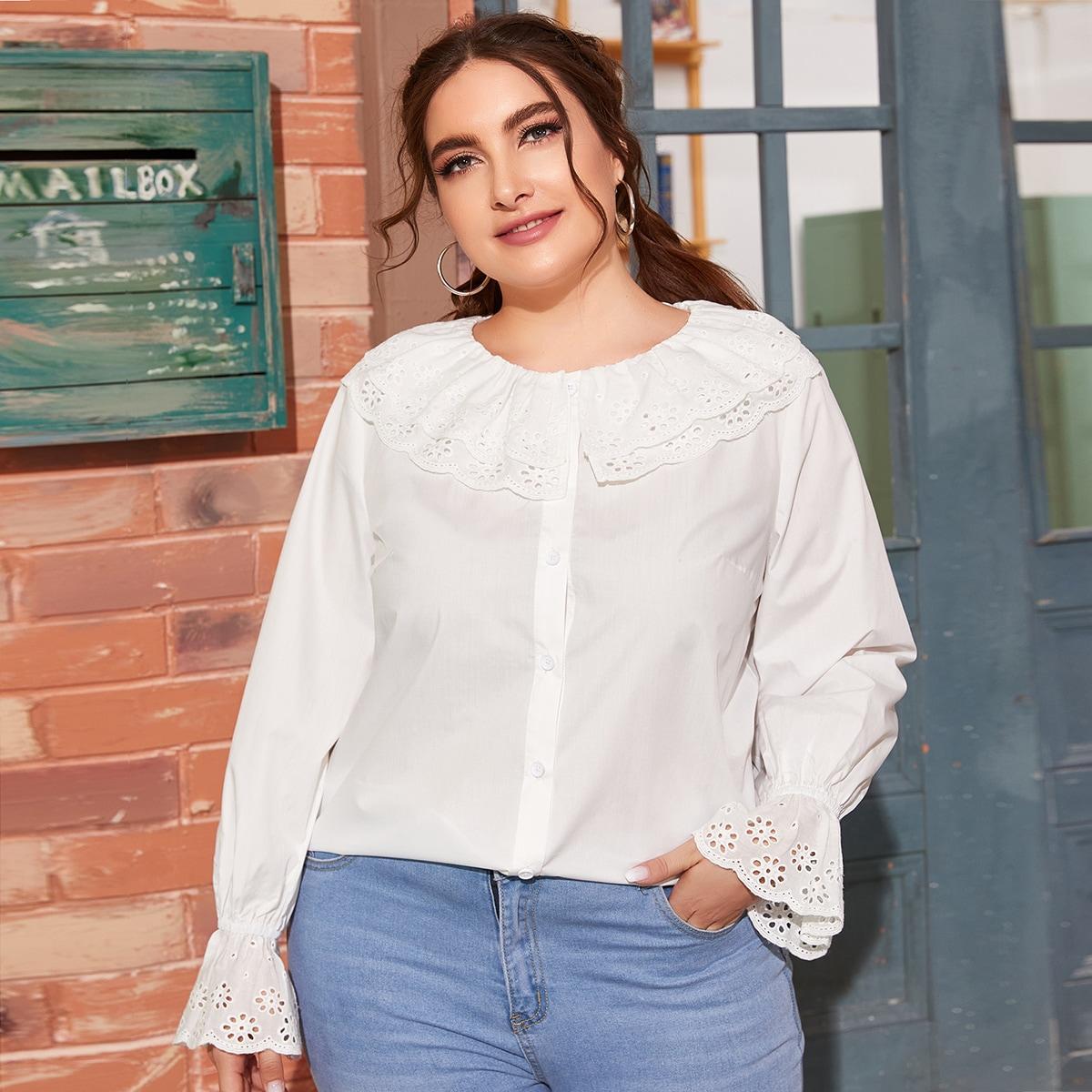Однотонная блузка размера плюс с оборкой и ажурной вышивкой