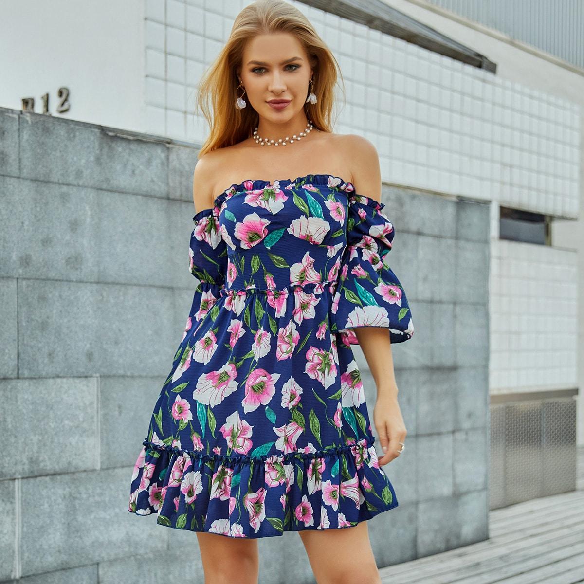 платье с открытыми плечами, оборкой и цветочным принтом