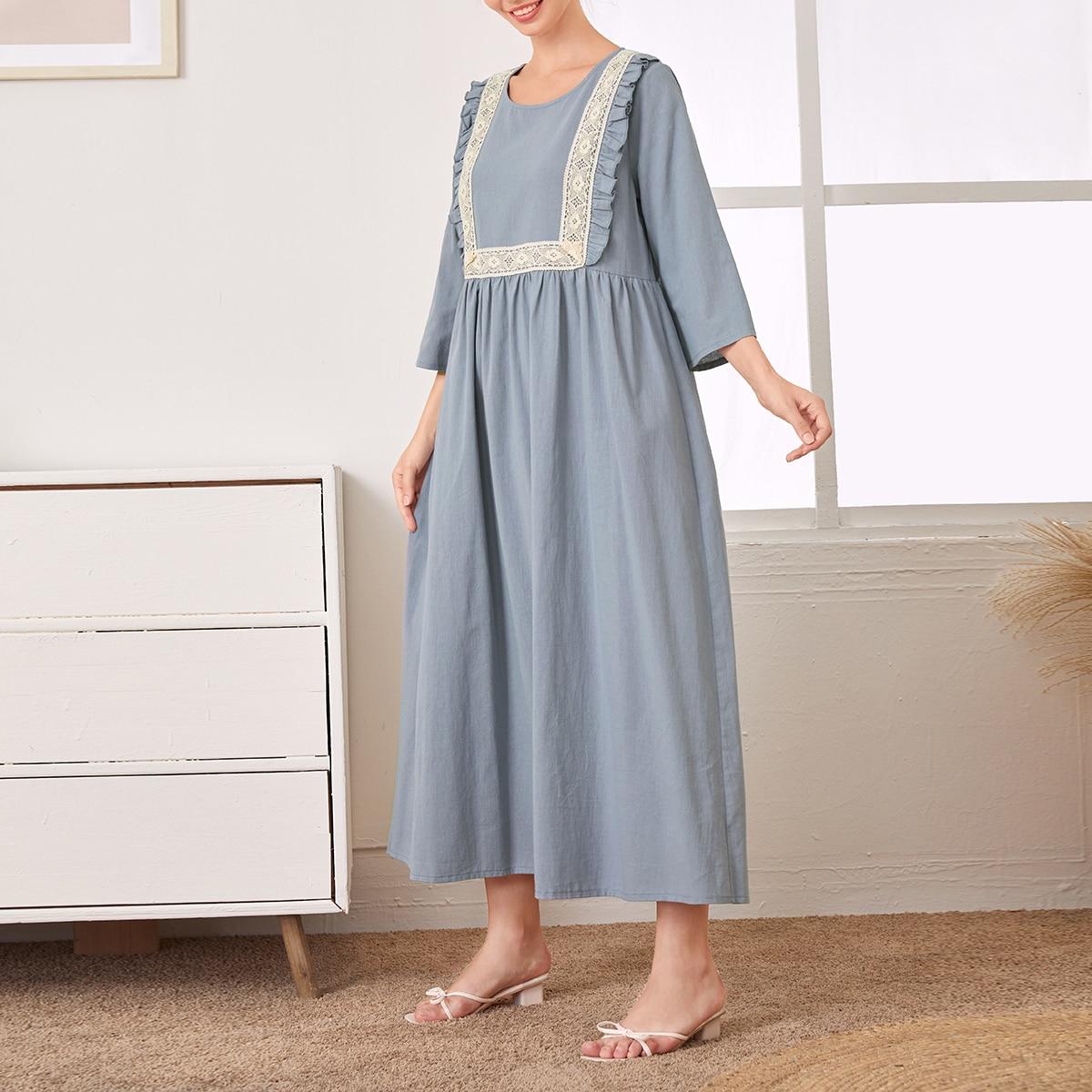 Платье с кружевом и оборками