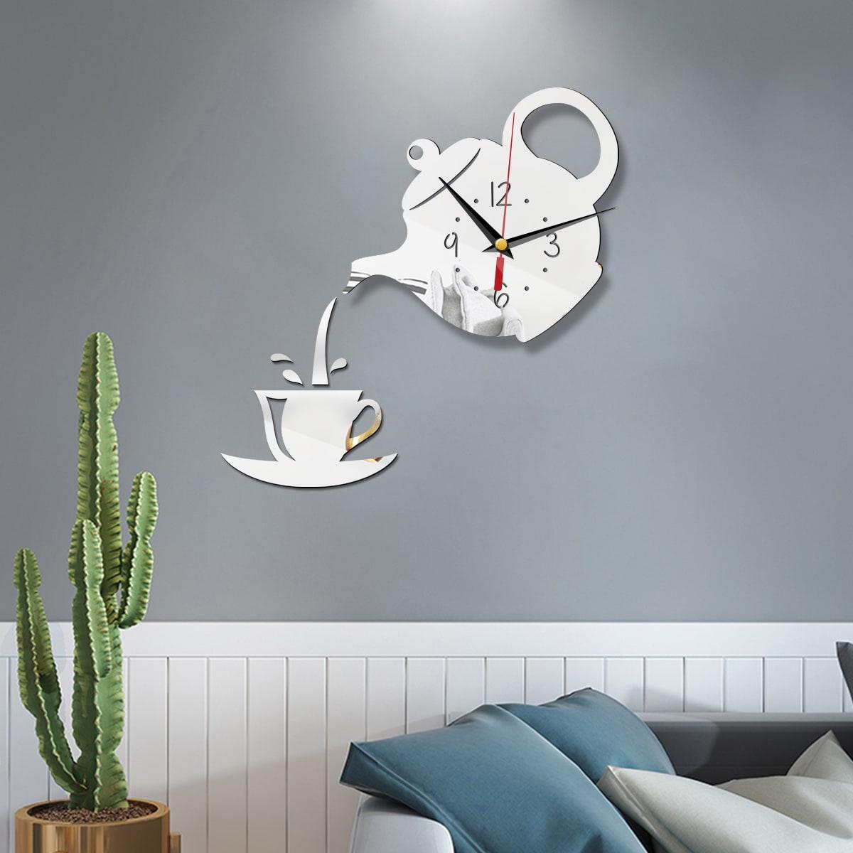 Wanduhr in Teekannenform und Spiegelfläche