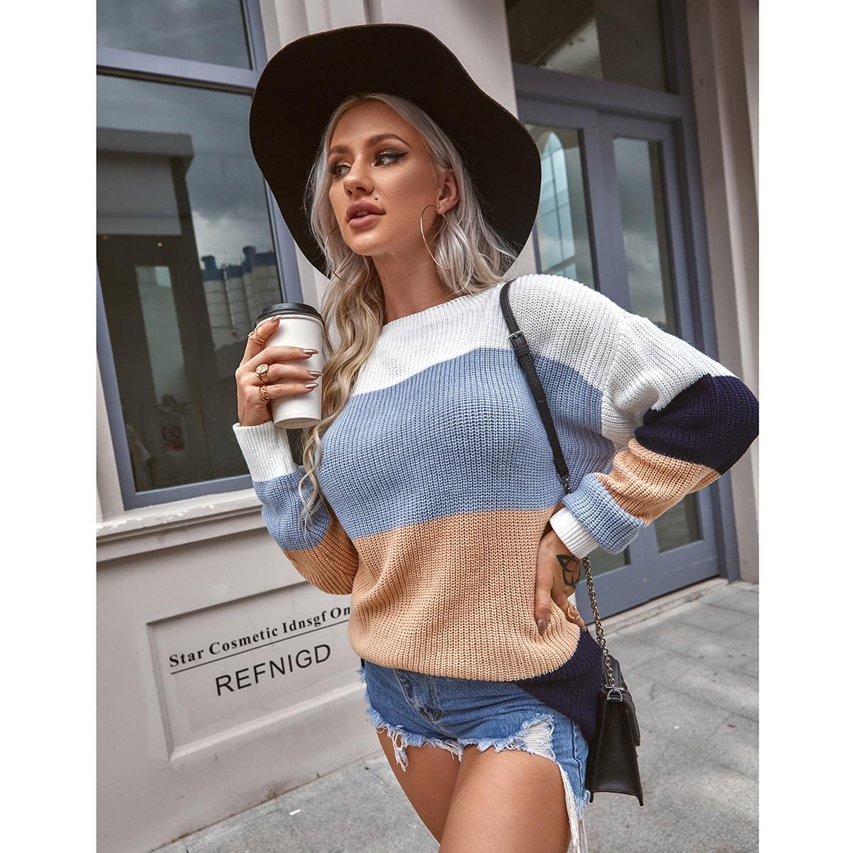 Контрастный свитер со спущенным рукавом