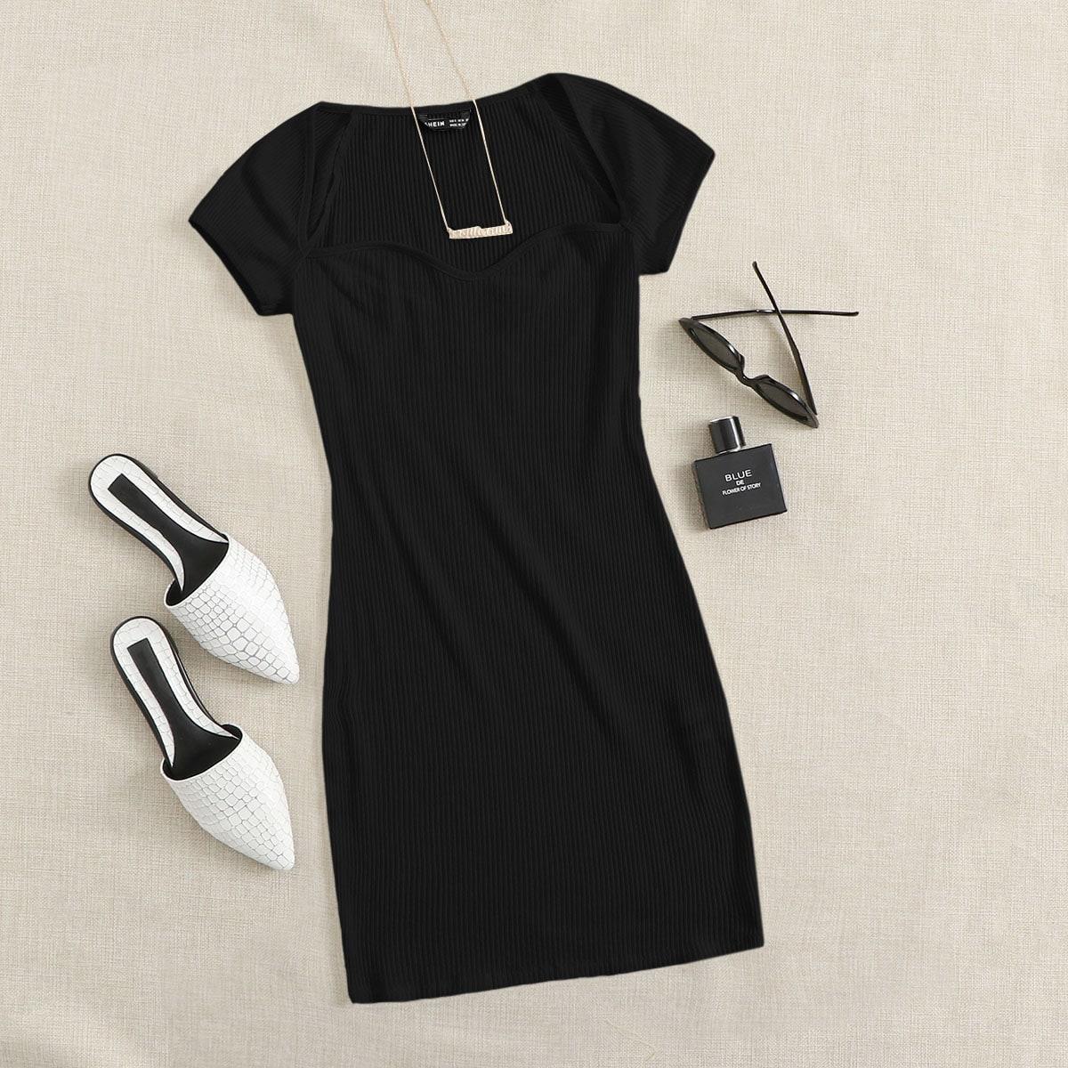 Трикотажное облегающее платье с воротником-сердечком