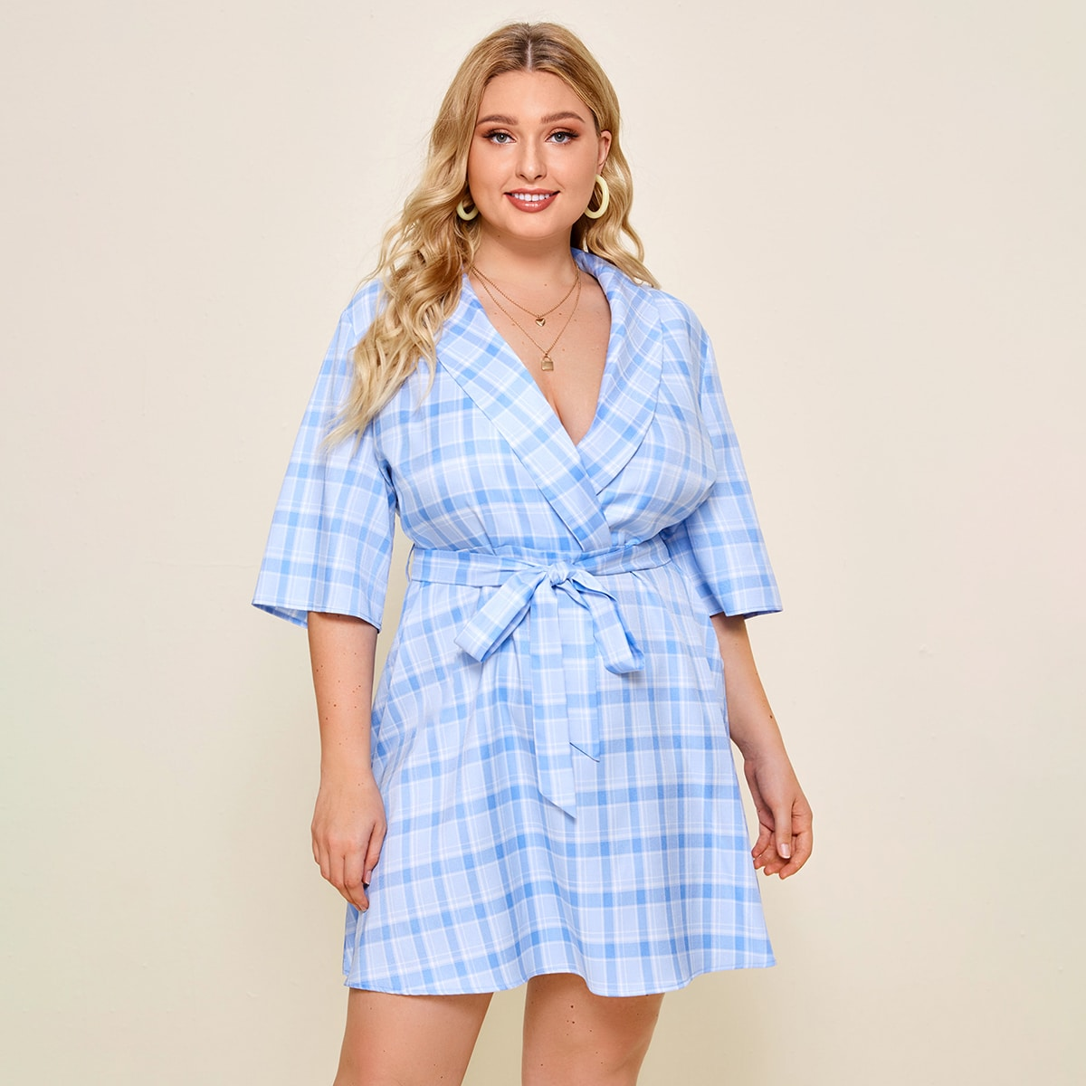 Платье размера плюс в клетку с поясом и шалевым воротником