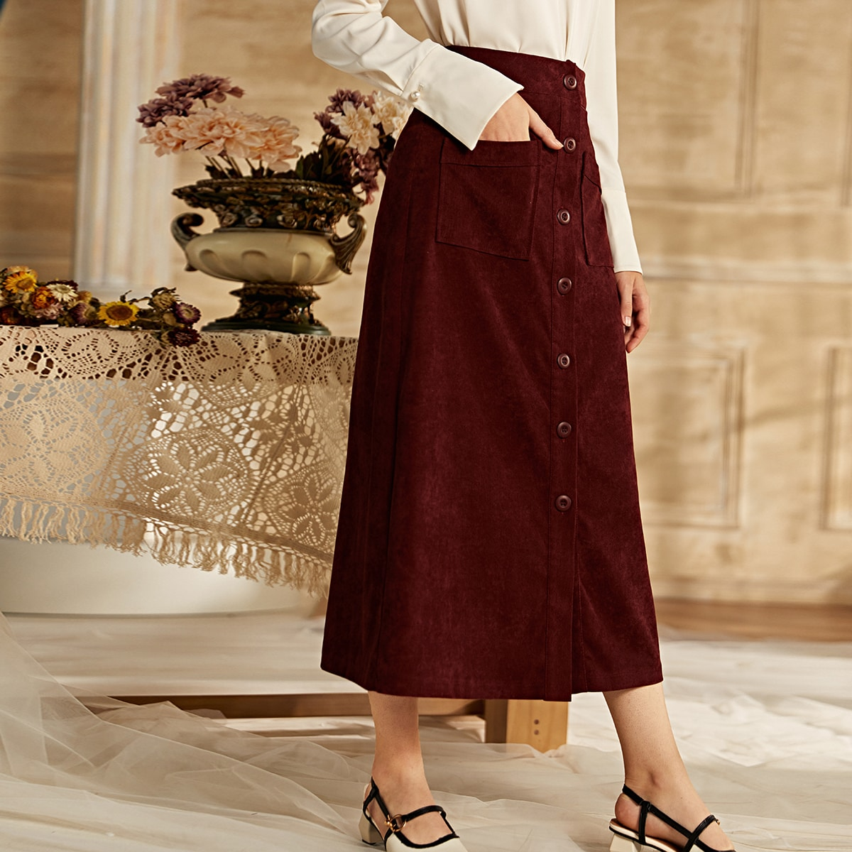 Вельветовая юбка с пуговицами и двумя карманами