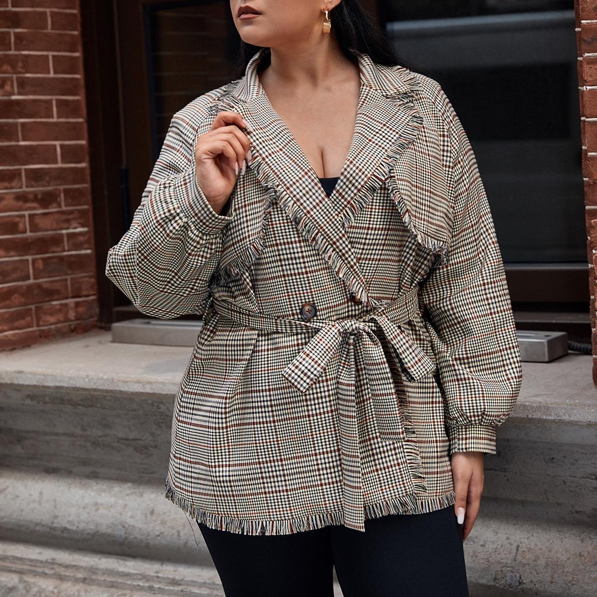 Пальто размера плюс в клетку с поясом и лацканом
