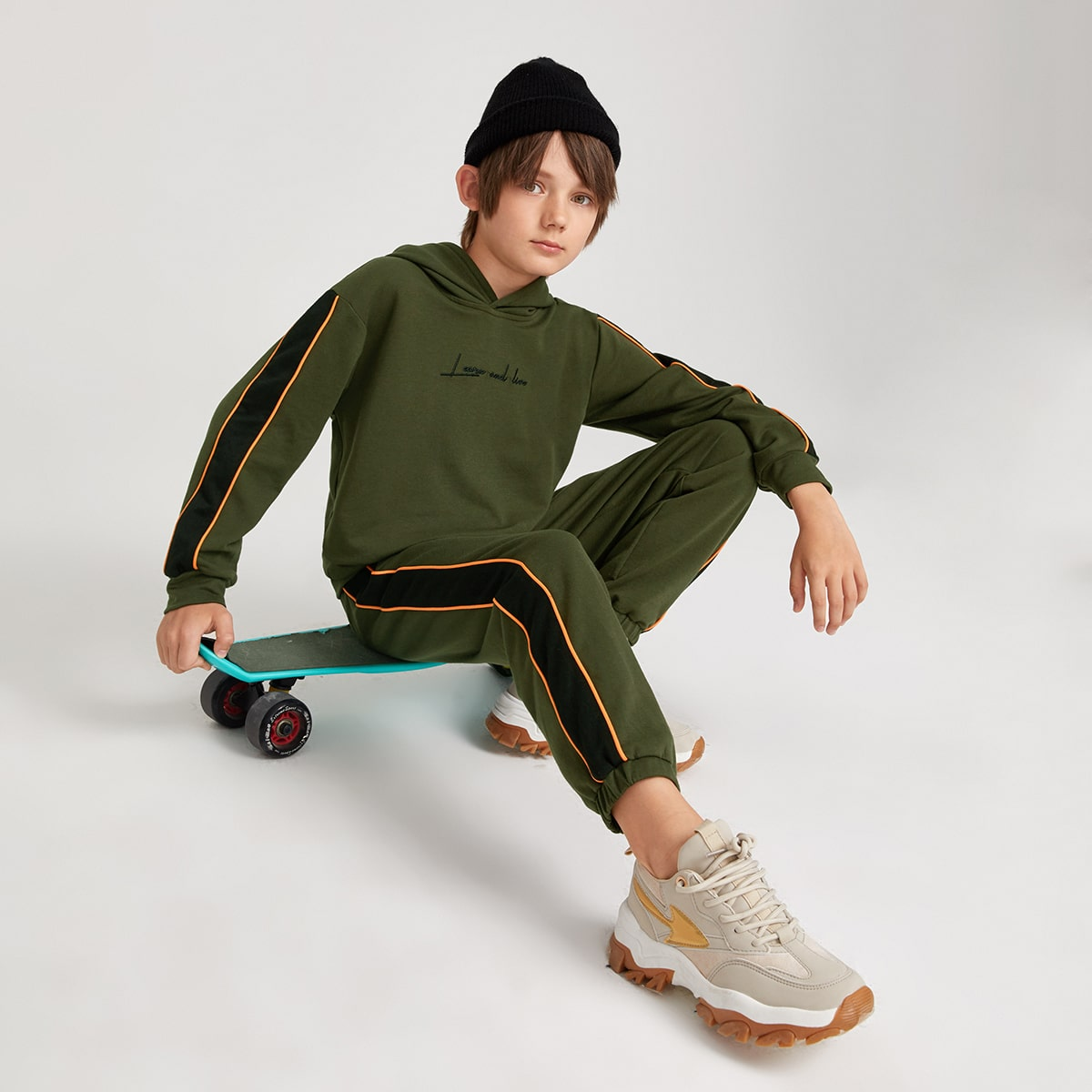 Толстовка с текстовой вышивкой и джоггеры для мальчиков