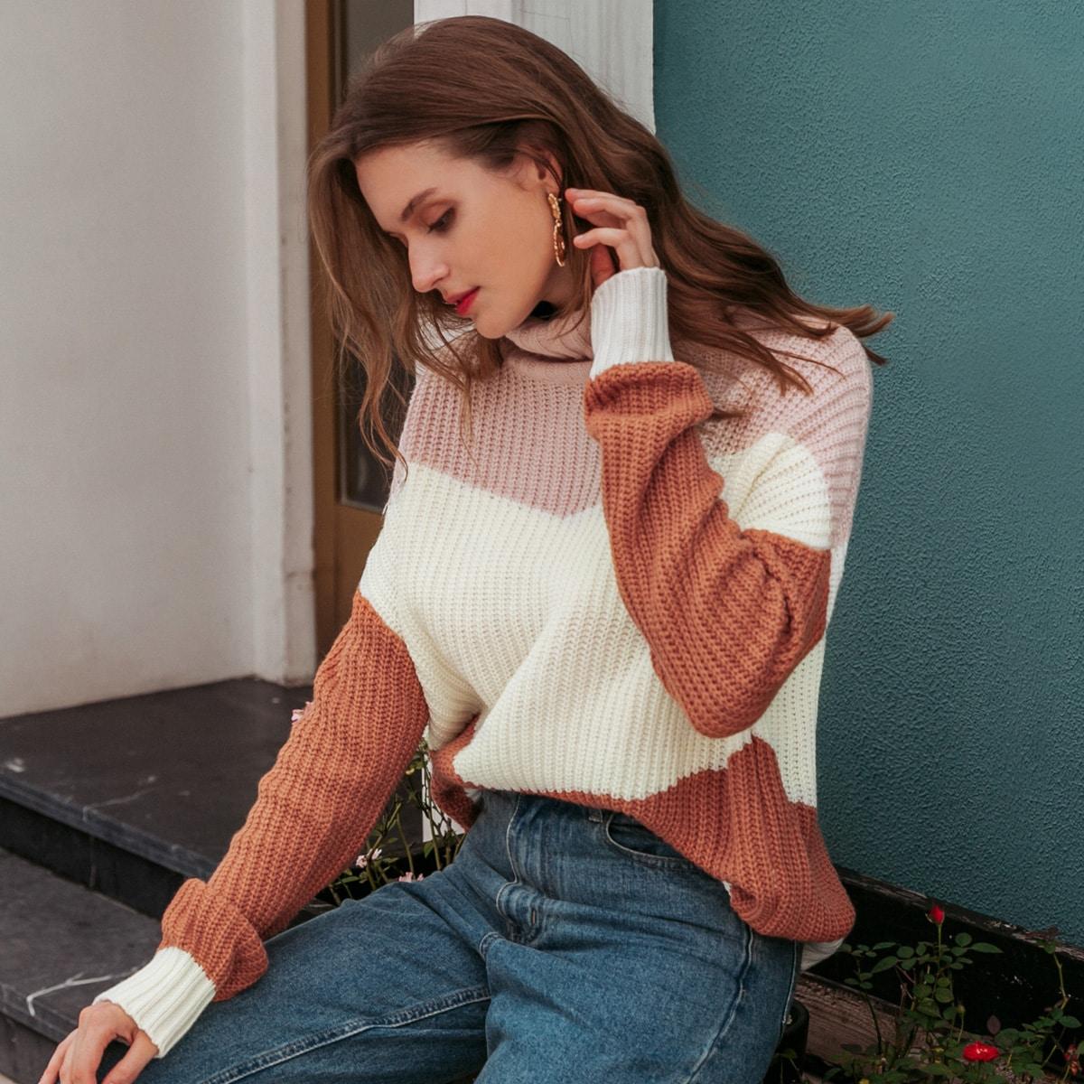 Контрастный свитер оверсайз с высоким воротником