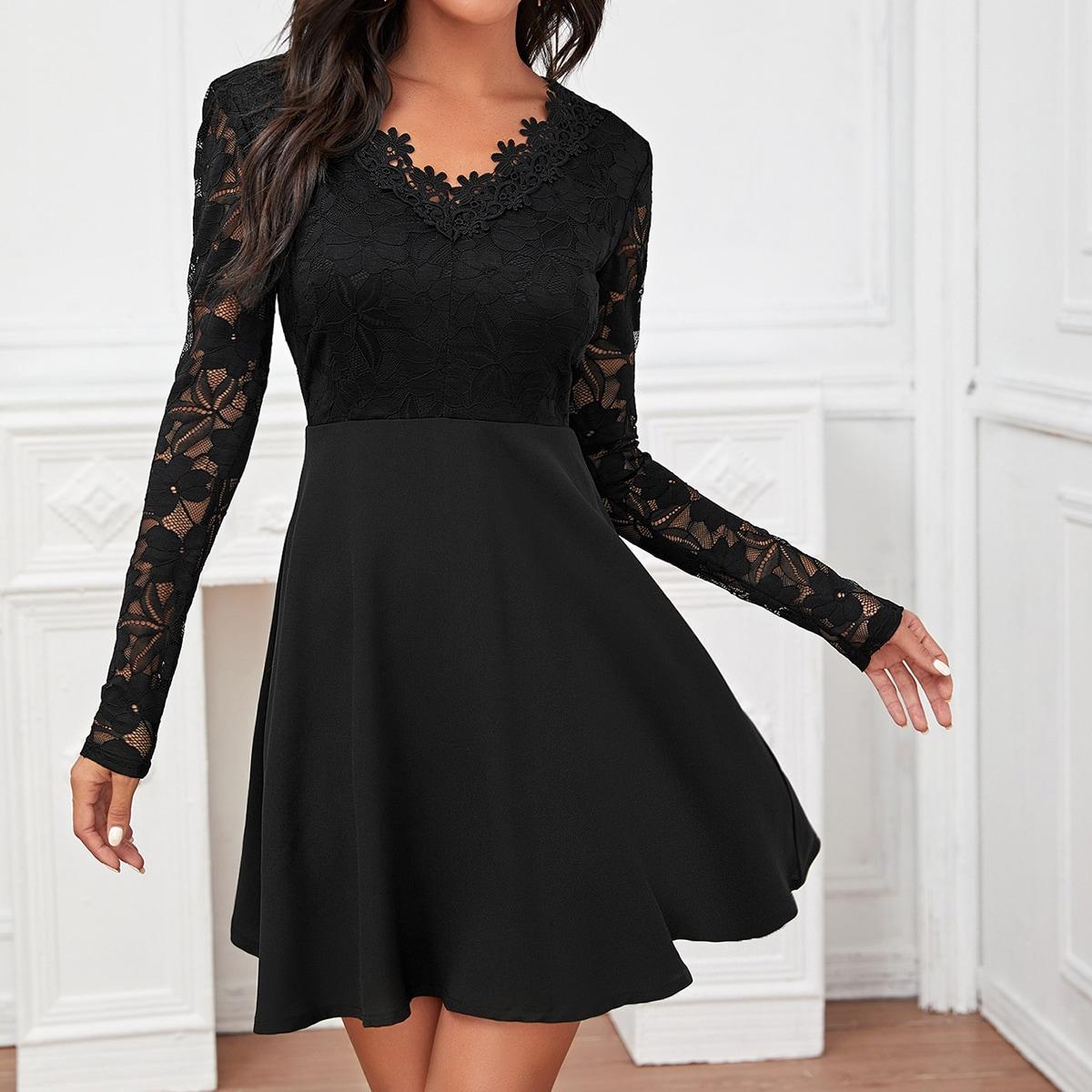 Однотонное платье с кружевной отделкой