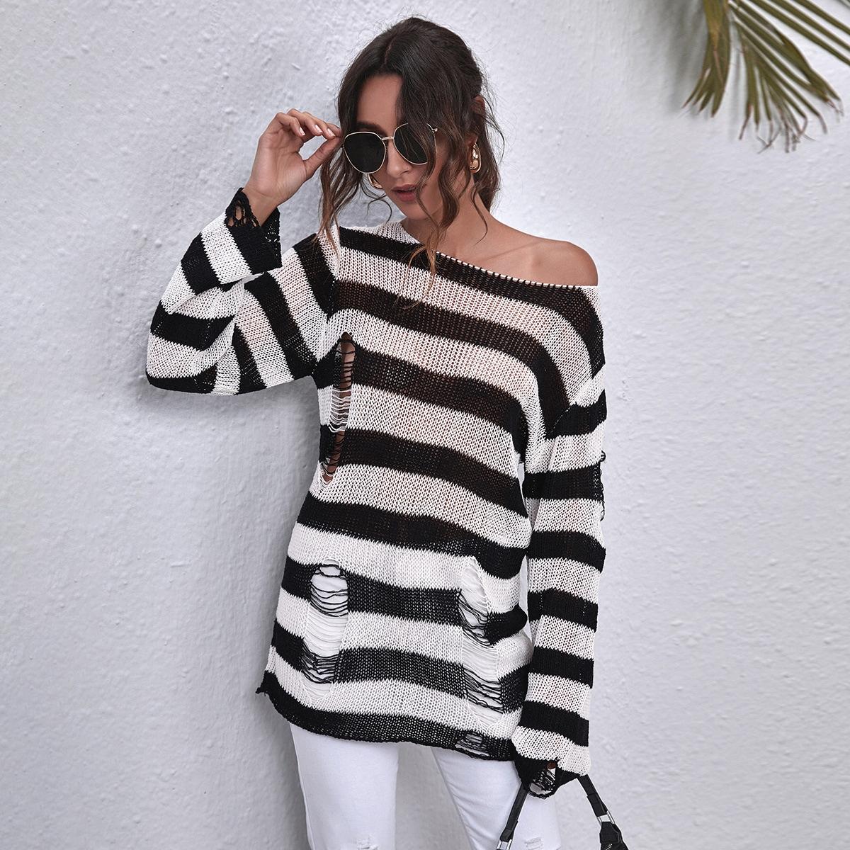 Рваный двухцветный свитер в полоску