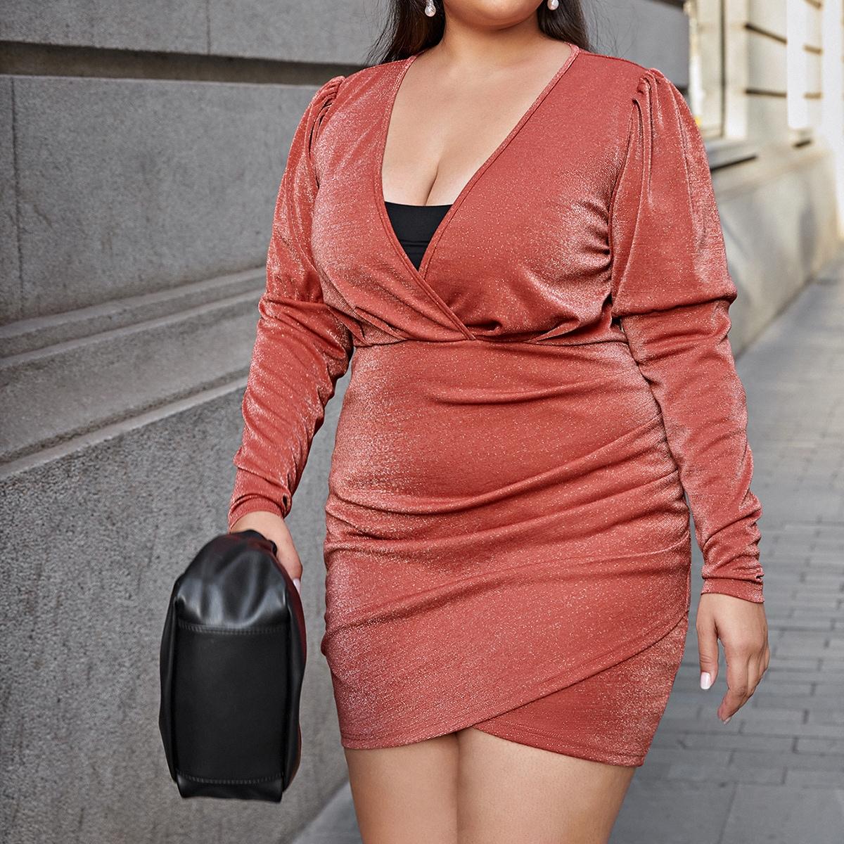 Блестящее платье размера плюс с глубоким воротником