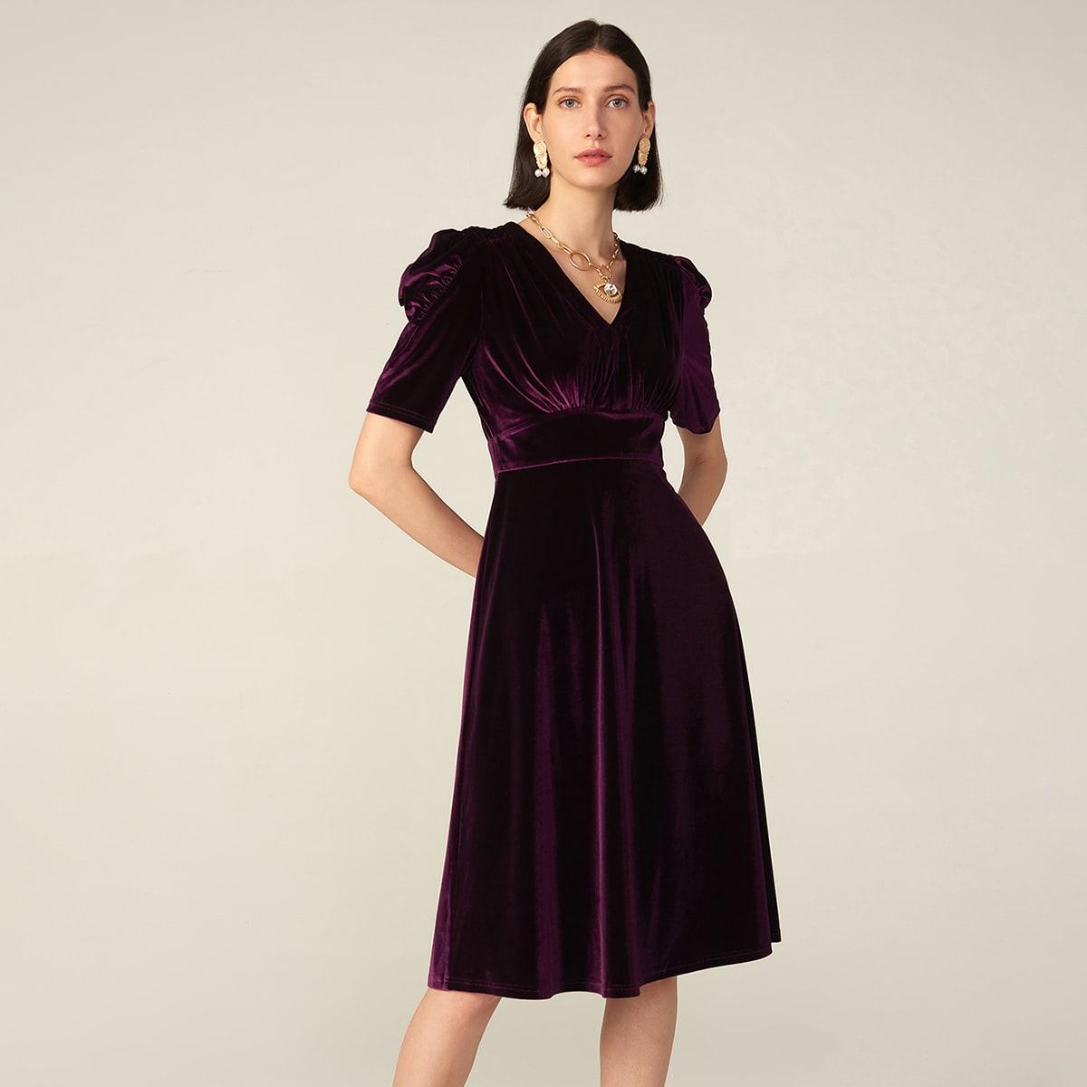 Бархатное платье с пышным рукавом