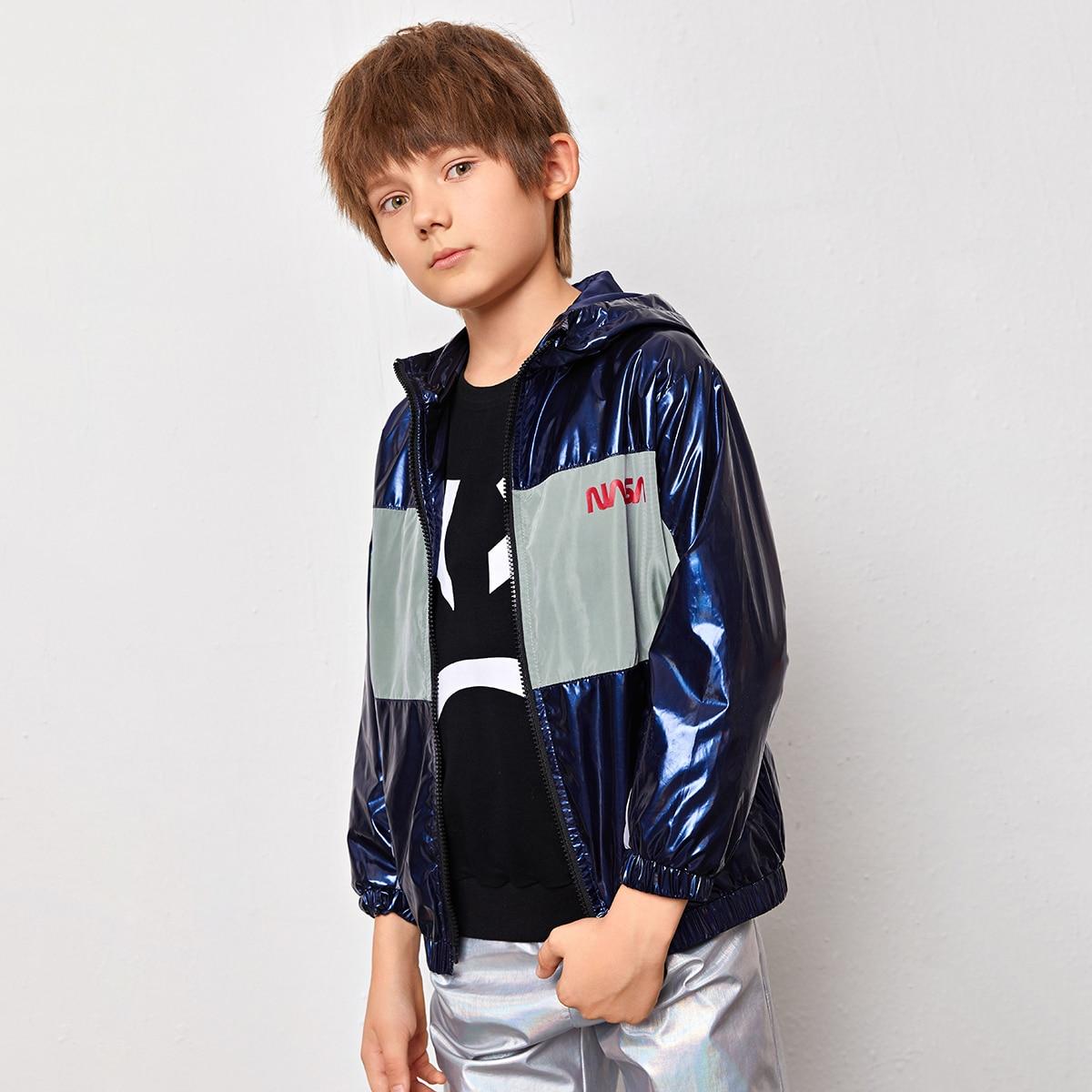 Контрастная куртка на молнии с капюшоном и текстовым принтом для мальчиков