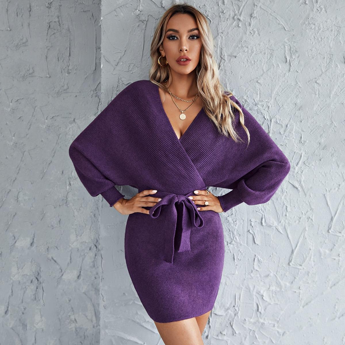 Трикотажное платье с поясом и v-образным воротником