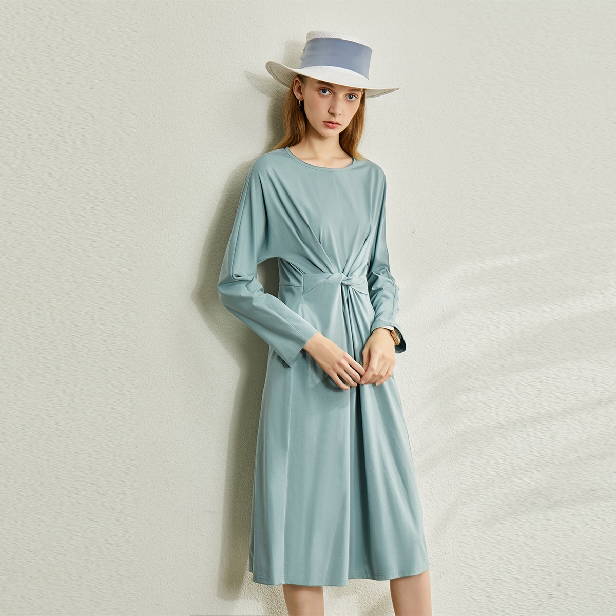 Платье с оригинальным рукавом и драпировкой по цене 1 570