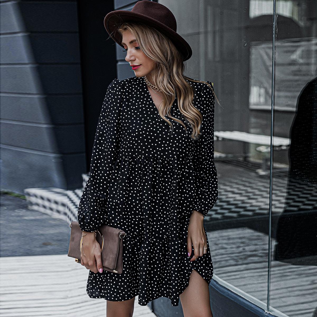 Платье в горошек с оригинальным рукавом