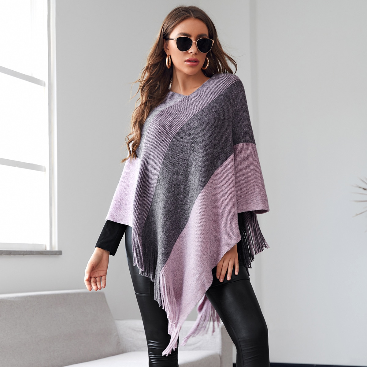 Контрастный свитер-пончо в полоску с бахромой