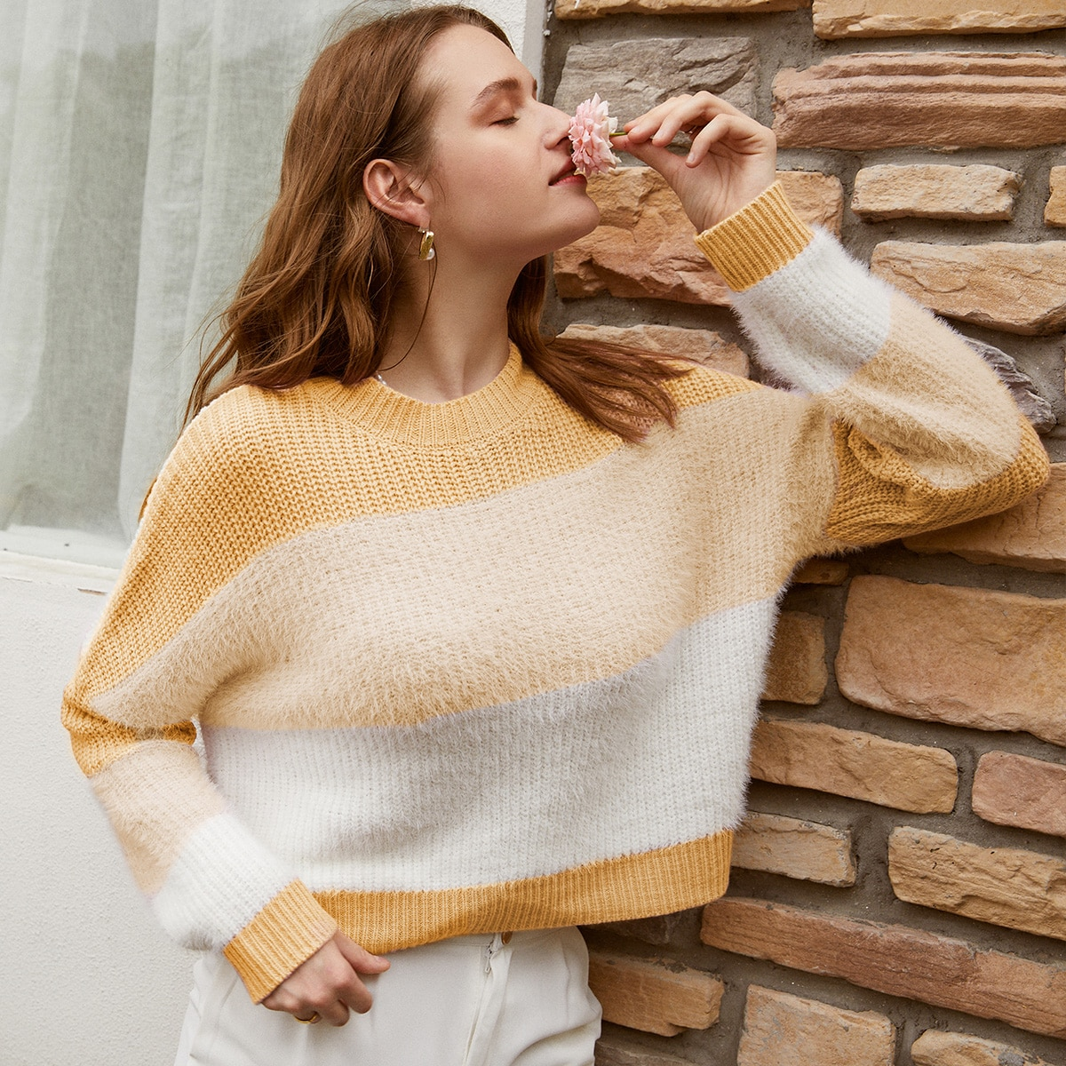 Контрастный плюшевый свитер