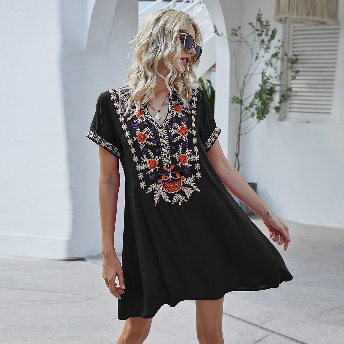 Платье с цветочным вышивкой