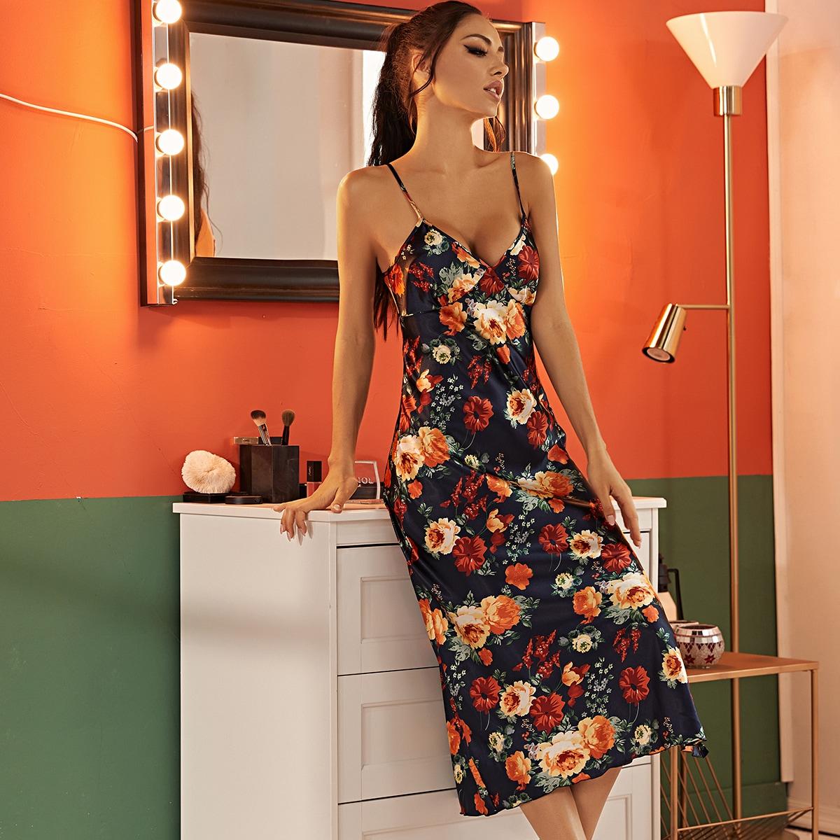 Атласное платье на бретельках с разрезом и цветочным принтом