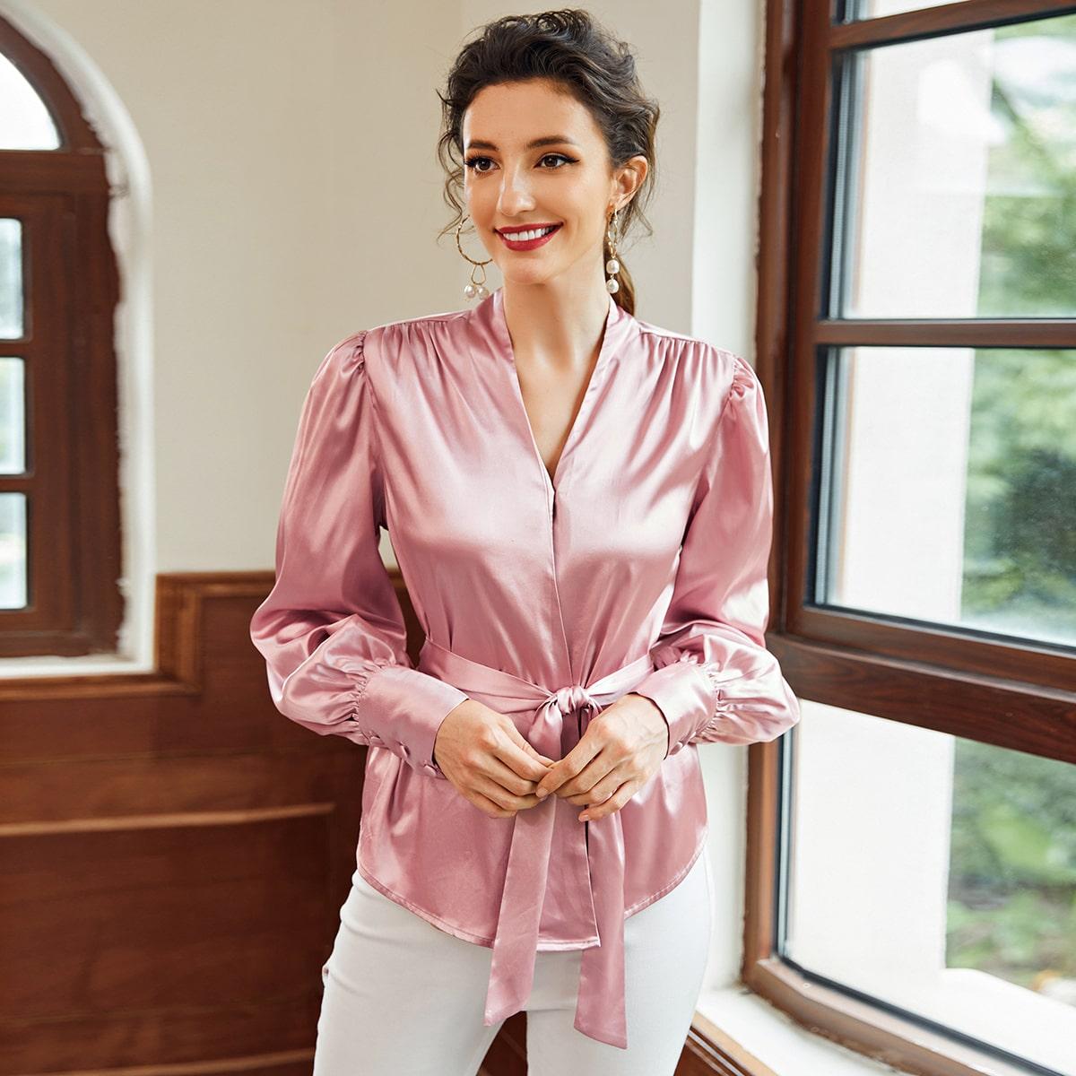Однотонная атласная блузка с поясом