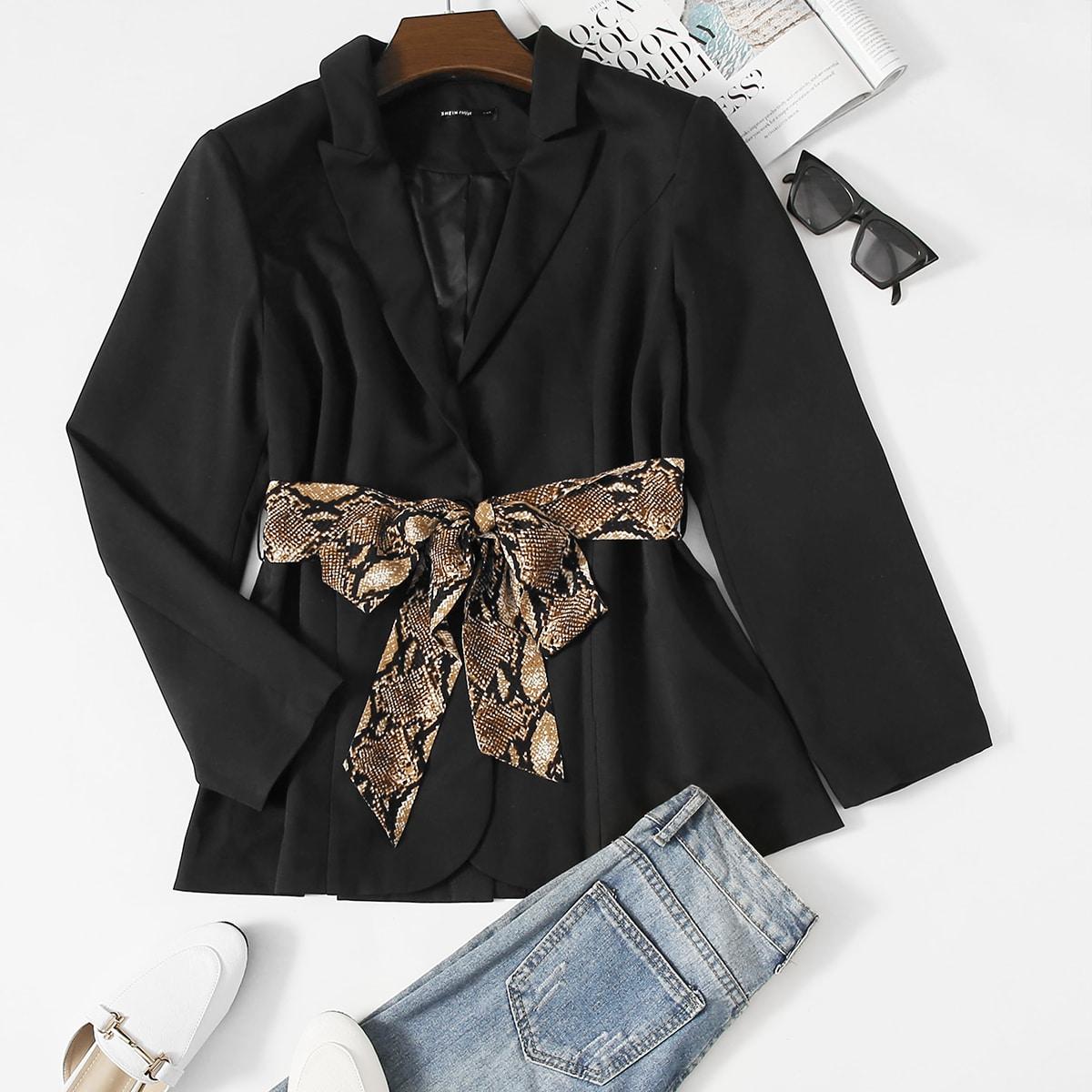 Пиджак размера плюс с разрезом сзади и поясом с змеиным принтом