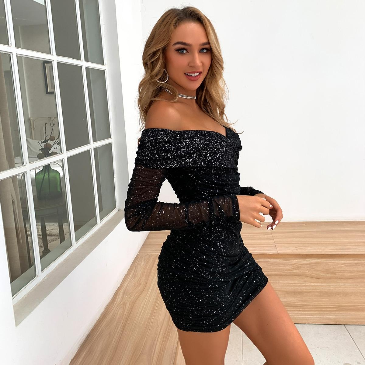 Блестящее платье с открытыми плечами