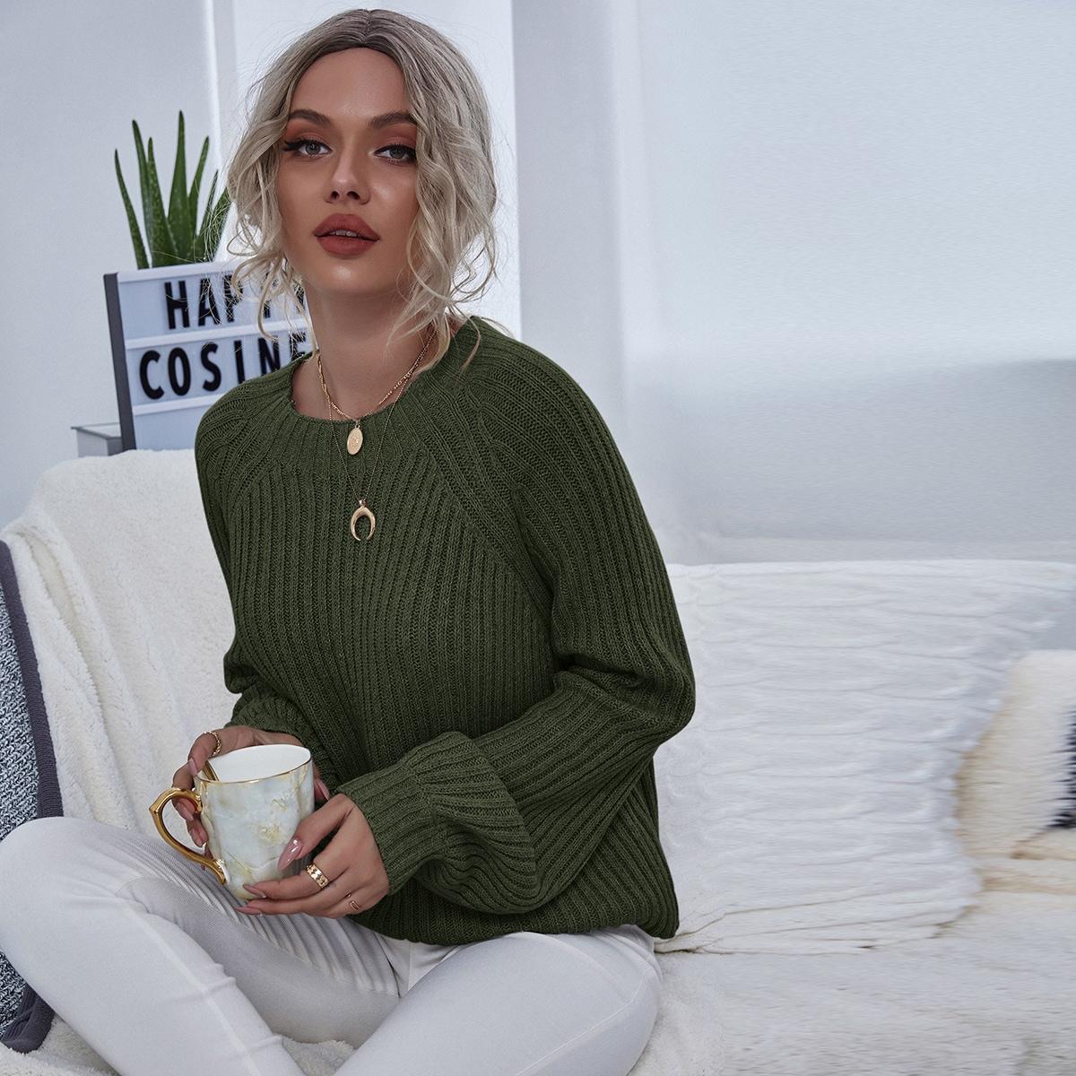 Однотонный трикотажный свитер с рукавом-регланом