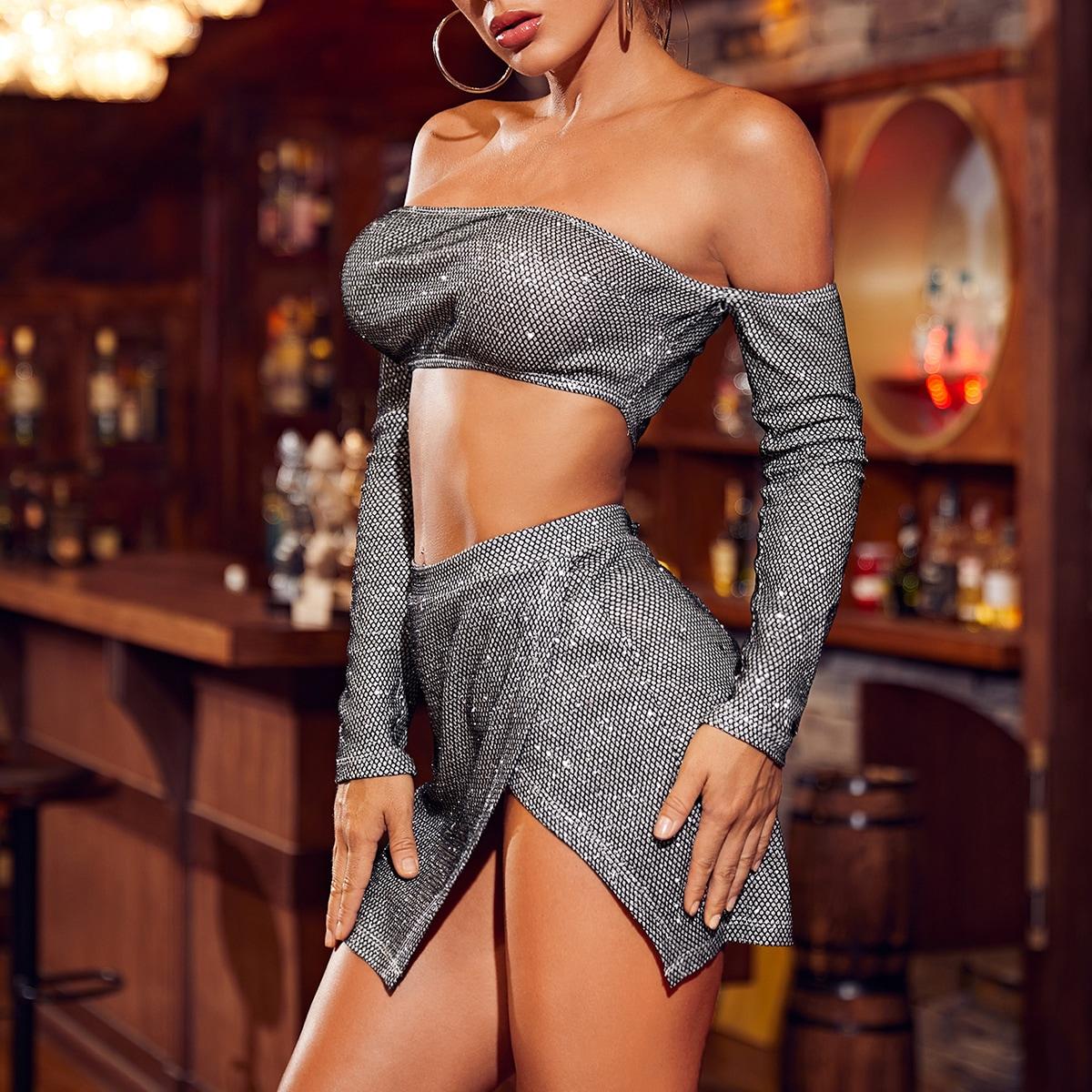 Блестящий топ с открытыми плечами и юбка с разрезом
