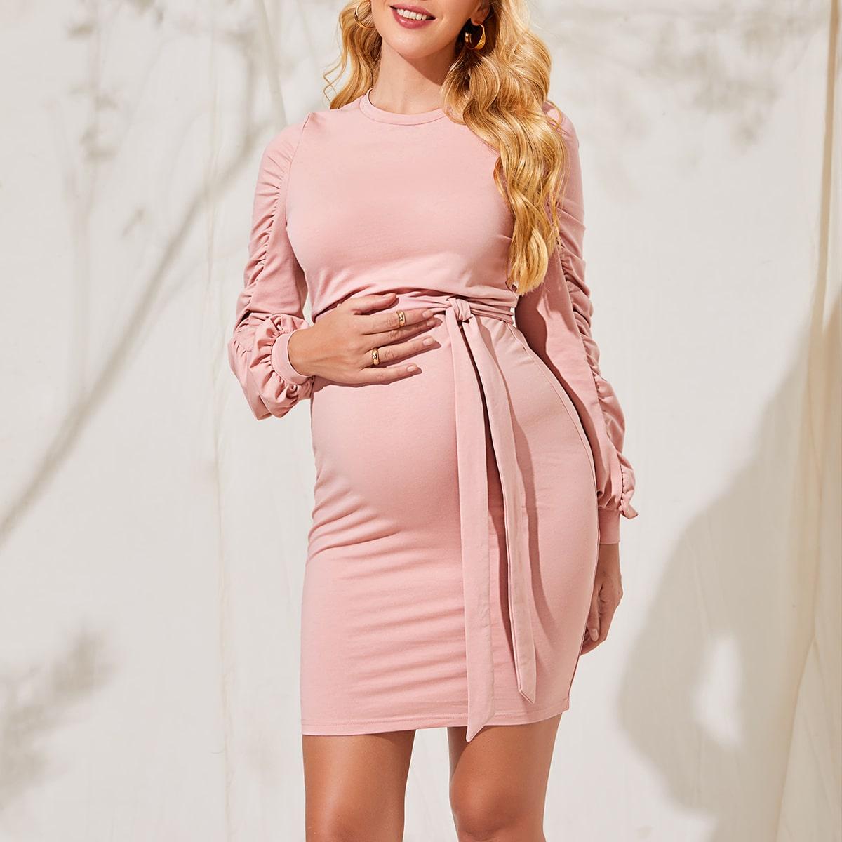 Платье со сборками и поясом для беременных