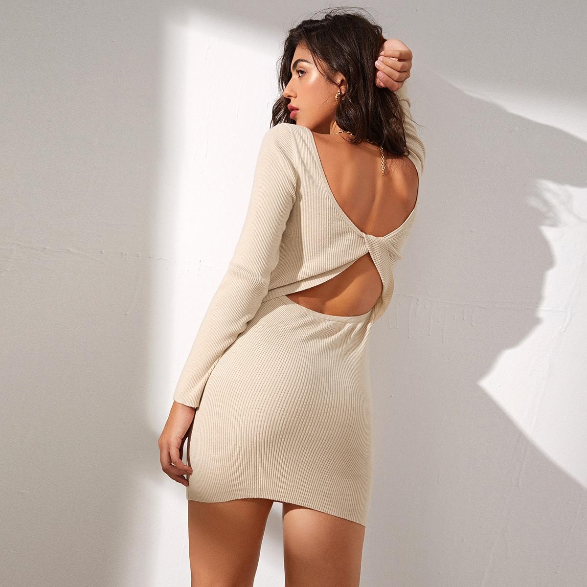Однотонное облегающее трикотажное платье с открытой спиной и драпировкой