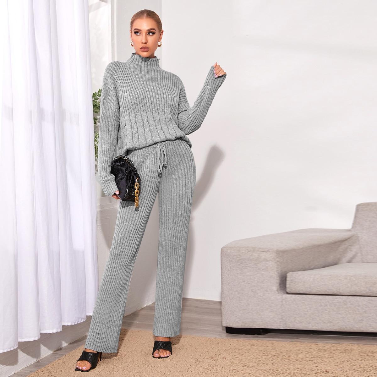 Трикотажные брюки и свитер с высоким воротником