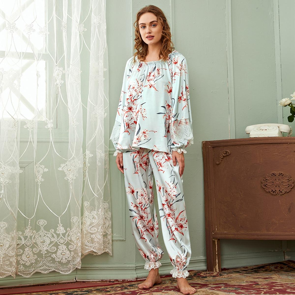 Атласная пижама с кружевной отделкой и цветочным принтом