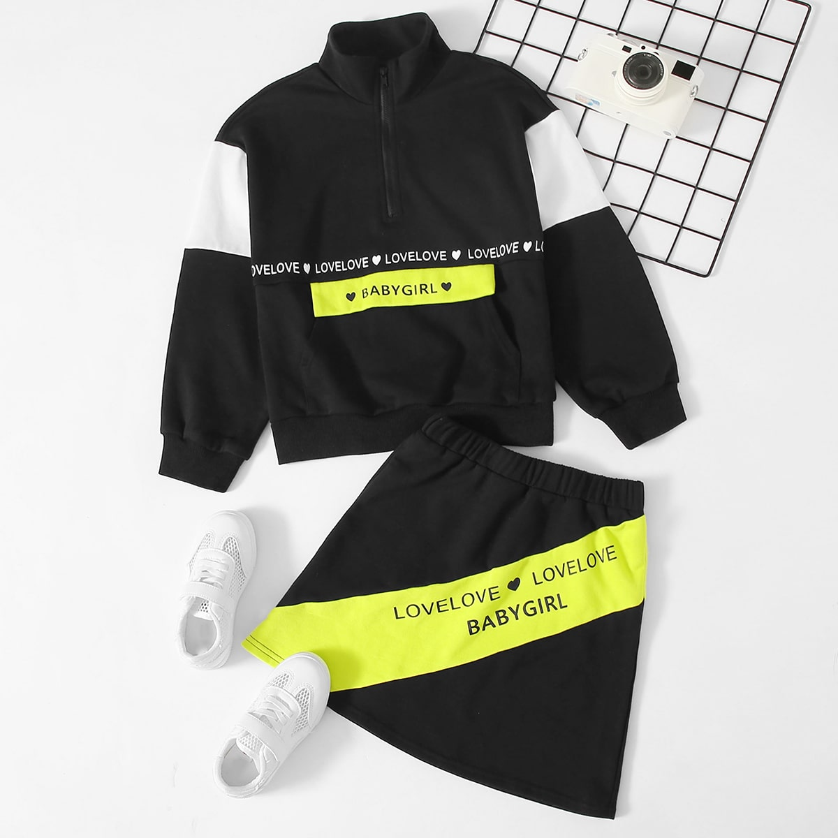 Контрастные пуловер и юбка с текстовым принтом