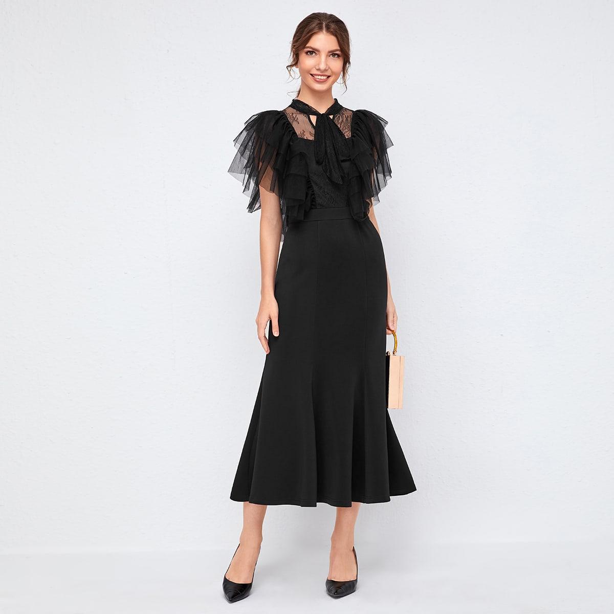 Платье с кружевной вставкой и сетчатой отделкой