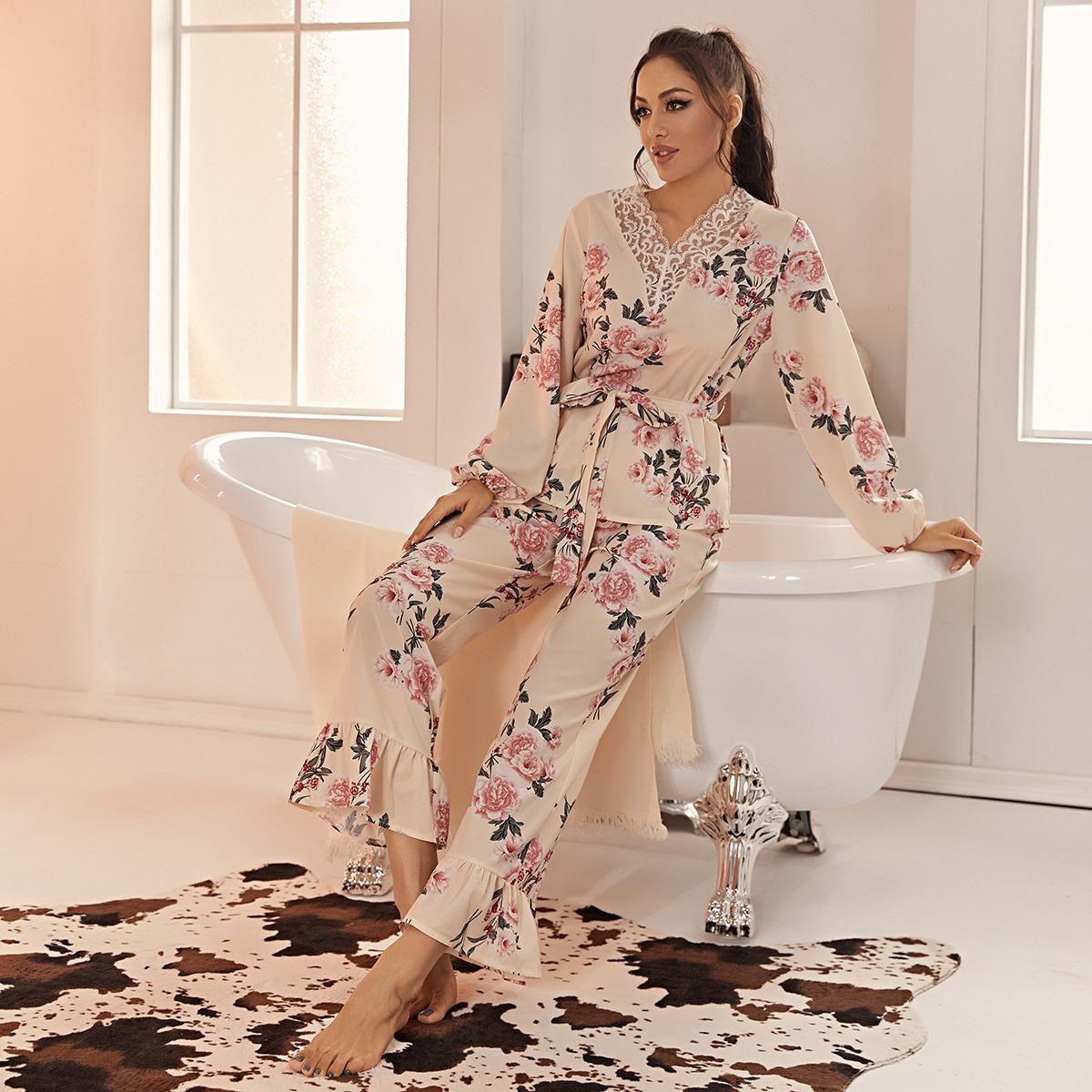 Атласная пижама с цветочным принтом и кружевной отделкой