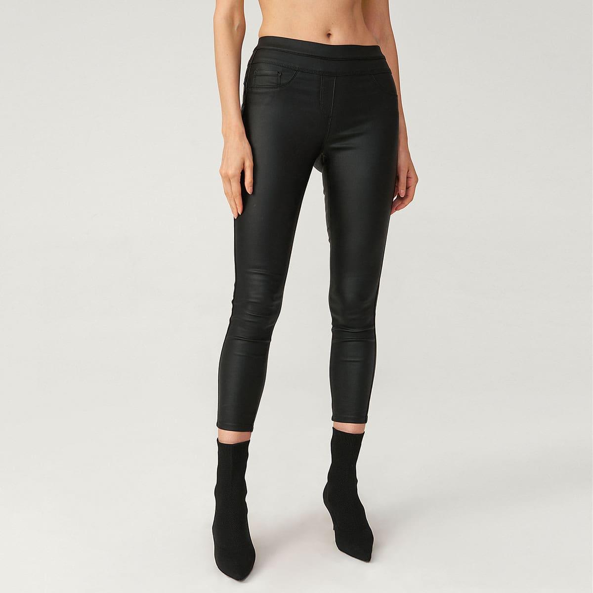 Короткие джинсы скожанымэффектом